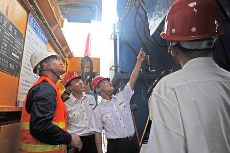 2017年7月5日,淮南市质量技术监督局走进中铁上海工程局商合杭高铁11标,对大型特种设备架桥机进行联合监管,保障重点工程安全、高效建设。陈彬  摄