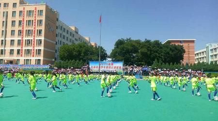 开幕式现场足球表演。摄影 赵江梅