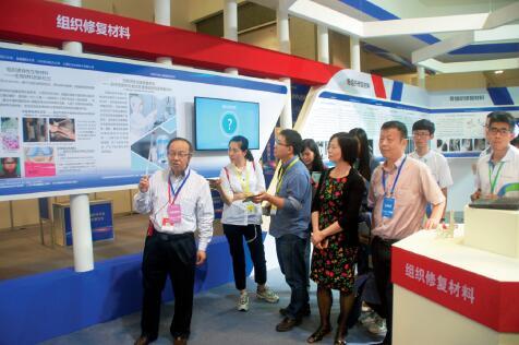 p71-中国工程院院士张兴栋(左一)在第十九届中国科协年会先进材料创新展上介绍松力生物人工韧带。