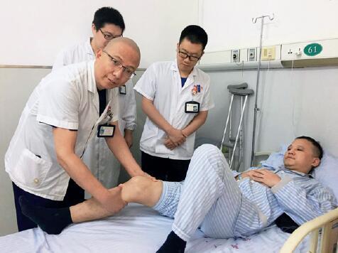 p72-上海市第六人民医院运动医学科主任赵金忠正在进行韧带损伤患者术前查房