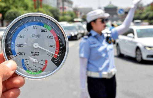 p44(1) 7 月10 日,西安交警在近50℃的高温下执勤。当日,西安部分地区地面温度超过50℃。