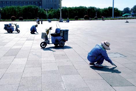 p44(3) 7 月10 日,北京气象台发布高温黄色预警。在天安门广场及周边,武警战士身着长袖制服执勤, 环卫工人顶着烈日清理地面。