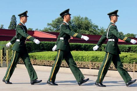 p44(2) 7 月10 日,北京气象台发布高温黄色预警。在天安门广场及周边,武警战士身着长袖制服执勤, 环卫工人顶着烈日清理地面。