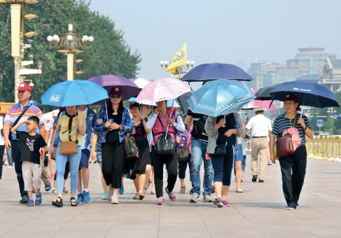 """p45 7 月12 日,农历""""头伏""""第一天,游客""""全副武装"""",冒着酷暑游览。"""