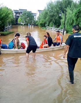 p69 长沙汀湘十里小区内,业主乘坐救援小艇撤离。