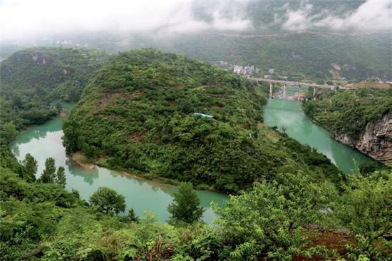 "p73 印江县荒山石岭上种出""绿色经济""。"
