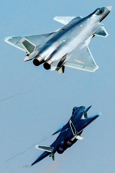 38 . 空军试飞员驾驶两架新一代隐形战斗机歼-20 进行飞行展示。该机型交付后,中国空军正式进入隐形时代。_副本