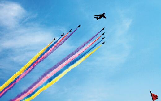 """39-2 ▲一架空警-2000 预警机和8 架歼-10 编成的机队。空警-2000 的服役,对于中国人民解放军从""""国土防空""""向""""攻防兼备""""转变具有里程碑意义。"""