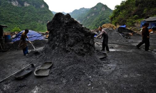 """p31-3 2011 年5 月14 日,贵州铜仁,面对""""贡毒"""",工人挖取含汞废渣用土法炼贡。此次中央环保督察组反馈称,贵州一些地方环保不作为、乱作为问题时有发生。"""
