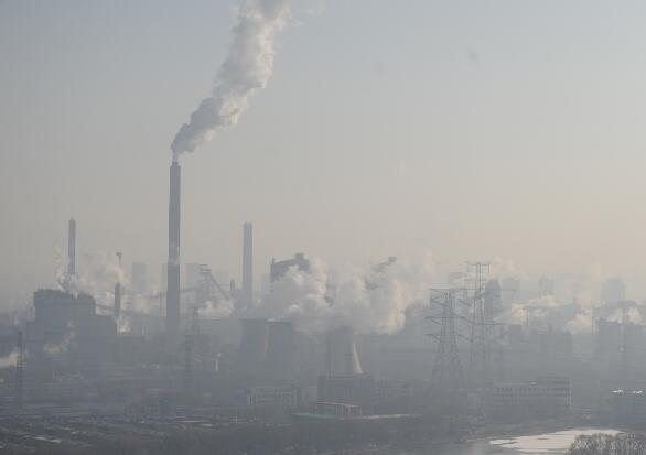 p28-2016 年12 月28 日,山西太原,太原钢铁集团在雾霾中运营。此次中央环保督察组反馈称,山西不作为、慢作为现象多见。
