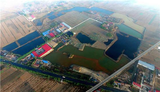 """p30-2 2017 年4 月20 日,天津静海,渗坑内的污水呈现不同颜色。此次中央环保督察组反馈称,天津市口号多、落实少、""""假装治污"""""""