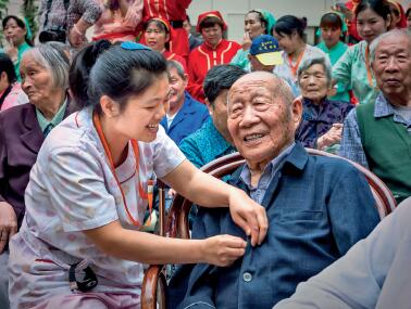 p74-无锡市滨湖区专业护工在照顾老人 供图 无锡民政