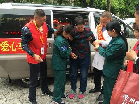 3、居家养老服务人员接送社区老人助浴 摄影 殷建峰
