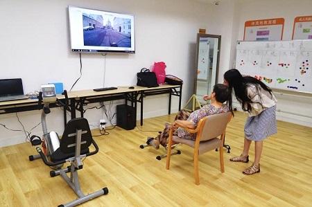4、康复小组走进玖玖江南护养中心为老人们带来台湾新近研发的科技康复项目 摄影 是华杰