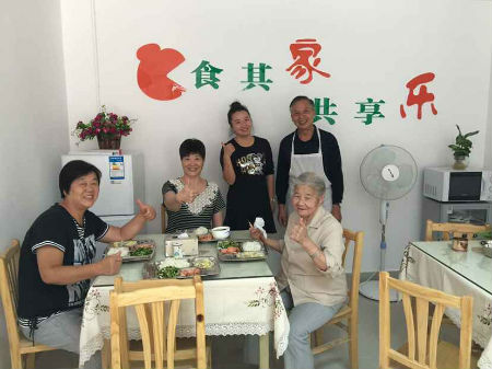 2、志愿者为虹桥街道虹桥社区老人上门提供做饭服务 摄影 张玉婷