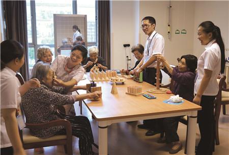 2、无锡金夕延年居家养老服务中心护理人员为老年人做康复活动 无锡市民政局提供