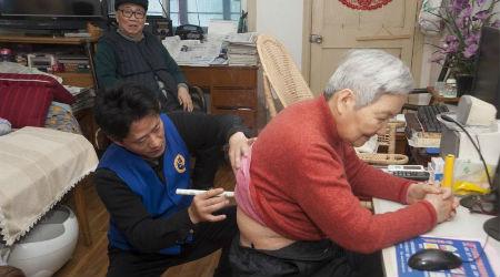 3、虚拟养老院工作人员为老人送医上门 摄影 蒋帅