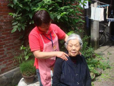 4、虚拟养老院工作人员上门为老人做康复保健 摄影 蒋帅