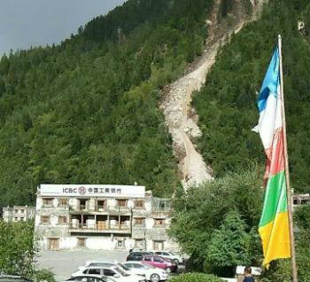 在地震中严重受损的九寨沟分理处
