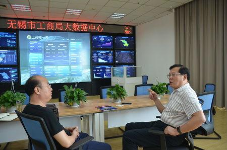 1、无锡工商局长邵鹤鸣在向《中国经济周刊》记者王克介绍该市大数据建设情况 摄影 陈瑜