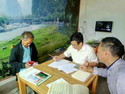 南康区委副书记、区长何善锦(中)在贫困村调研