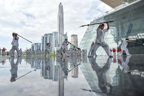 p40 凭借着超强的科技创新和研发能力,深圳一次次走在经济发展的前列,在15 个副省级城市中,深圳上半年GDP 总量第二,增速第一。 视觉中国