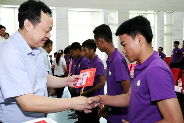 合肥学院党委书记蔡敬民为柬埔寨学生颁发奖学金。吴晓光   摄影