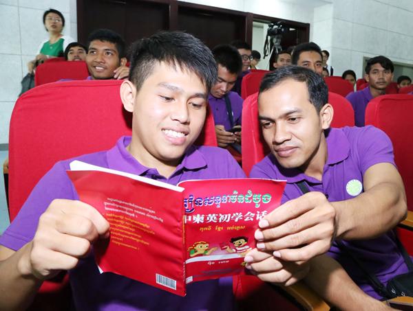 来到合肥学院的柬埔寨学生,在相互交流学习。吴晓光  摄影