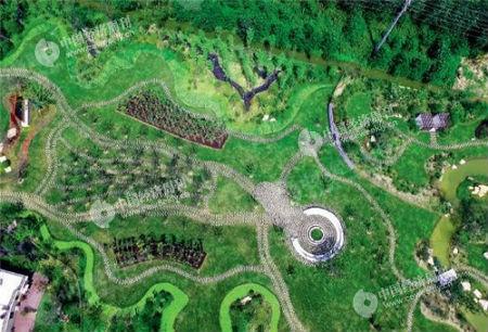 """60 无人机航拍完成复垦地块。图为上海市崇明区三星镇生态廊道上一处名为""""海棠苑""""的景观园及其周边房舍。《中国经济周刊》摄影记者 胡巍 摄"""