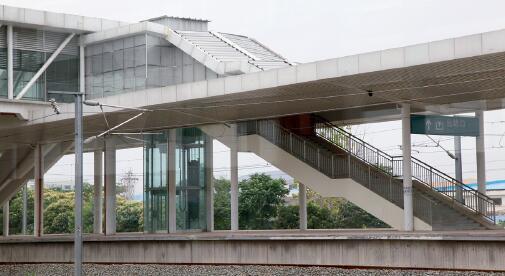 p29-2012 年6 月19 日,江苏省南京市,建成一年多、处于荒废状态的高铁紫金山东站。视觉中国