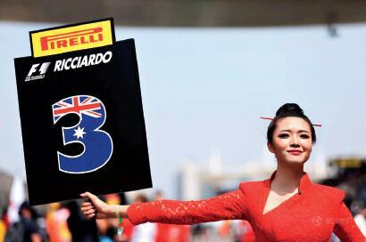 "p55-4在赛车文化尚待培养的中国等亚洲市场,F1 已经开始放下身段""接地气""。今年的上海站比赛中,越来越多的""中国元素""正注入F1,比如礼仪小姐开始穿上中式旗袍,甚至""中国制造""的轻量化车轮出现在了威廉姆斯车队的F1 赛车上。"