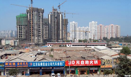 "p85-北京市的一片""城中村""与正在建设的现代化住宅交织在一起,很快这些市政设施落后的""城中村""将会被现代化小区取代。"