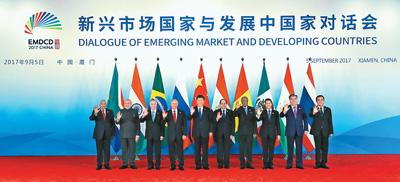 九月五日,国家主席习近平在厦门国际会议中心主持新兴市场国家与发展中国家对话会并发表重要讲话。金砖国家领导人巴西总统特梅尔、俄罗斯总统普京、印度总理莫迪、南非总统祖马和对话会受邀国领导人埃及总统塞西、几内亚总统孔戴、墨西哥总统培尼亚、塔吉克斯坦总统拉赫蒙、泰国总理巴育出席对话会。这是对话会前,习近平同出席对话会的各国领导人集体合影。新华社记者 庞兴雷摄
