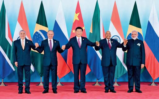 p28 金砖国家领导人集体合影 新华社