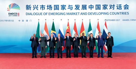 p29 新兴市场国家与发展中国家对话会前,习近平主席同出席对话会的各国领导人集体合影。新华社