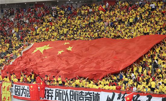 P50  2016年9月1日,韩国首尔,2018年世预赛亚洲区12强赛,韩国队对阵中国队。约3万名中国球迷占据了球场近一半的席位,并带去了巨幅五星红旗。