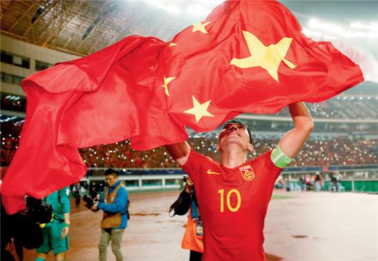 P50  2017年3月23日,湖南省长沙市,2018年世预赛亚洲区12强赛,队长郑智在赛后谢场。在9月5日晚进行的12强赛最后一场比赛中,郑智以红牌的代价化解了对手极具威胁的一次进攻,这应该是他最后一次冲击世界杯。