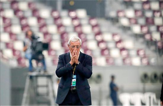 P52 2017年9月5日,卡塔尔多哈,2018世预赛亚洲区12强赛,卡塔尔队对阵中国队,国足屡失良机,里皮掩面懊恼。虽然冲击世界杯失利,但中国足球在加大投入后,吸引了一大批世界级的教练与球员,对中国足球的进步起了极大的推动作用。
