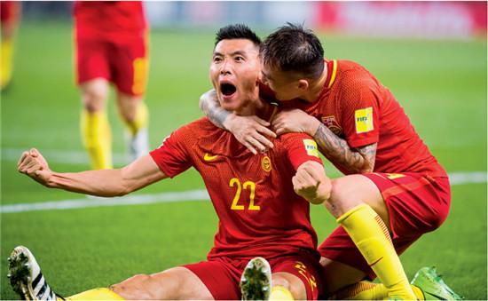 P52  2017年3月23日,湖南省长沙市,2018年世预赛亚洲区12强赛,于大宝(左)破门后激动不已。最终,中国队以1比0的比分,首次在世预赛或亚洲杯这样的正式大赛中战胜韩国队。