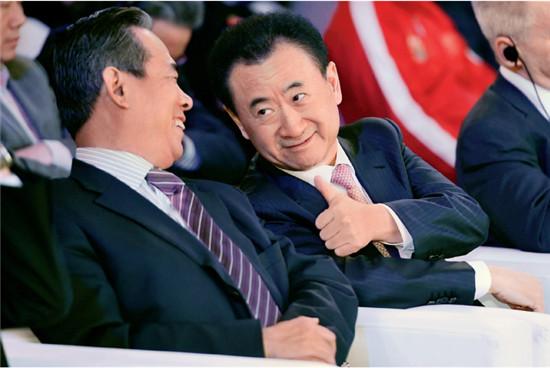 P53  2016年12月7日,北京市,2017首届格力中国杯国际足球锦标赛发布会,蔡振华(左)与王健林在交流。随着中国足协与体育总局脱钩,加之国企民企纷纷进军足球领域,中国足球焕发了新的生机。
