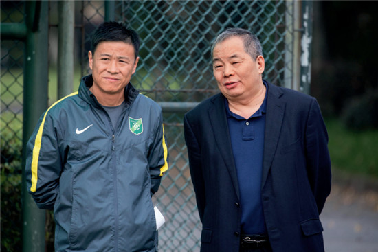P53  知名房地产企业绿城创始人宋卫平(右)支持的杭州绿城足球俱乐部,青训成材率在国内遥遥领先,当红国脚张玉宁正是出自绿城青训。