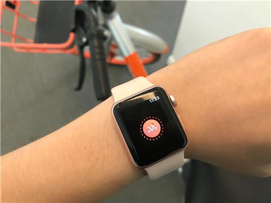 升级至watchOS 4的苹果Apple Watch智能手表能够直接开锁摩拜单车