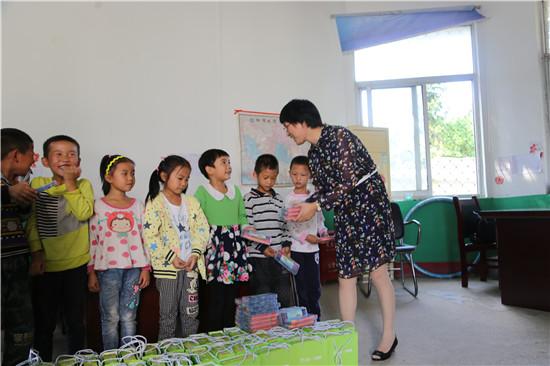 羚锐党群部门负责人与世友小学孩子们在一起