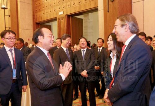 19 人民日报社社长杨振武与出席论坛的各国媒体领袖广泛交流。图为杨振武社长与西班牙埃菲社社长何塞·维拉(右)亲切交谈。