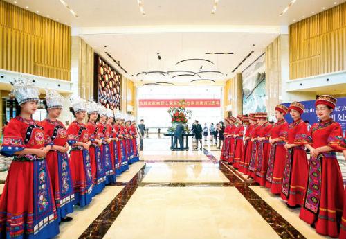 """74 作为湘西州建州60 周年州庆的重头戏之一,9 月18 日,"""" 武陵山旅游发展高峰论坛""""在湘西州府所在地吉首市召开。"""