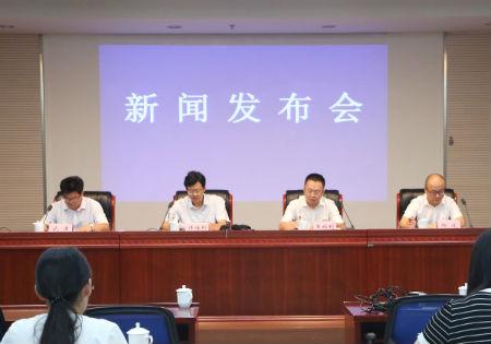 中储粮安徽分公司副总经理杨波(右一)发布新闻 吴晓光  摄