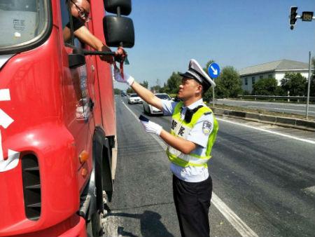 2、江都交警大队樊川中队中队长周鹏在检查重点车辆