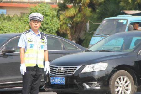 3、江都交警大队宜陵中队副中队长戴震在复杂路况的车流中