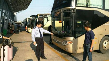 6、江都交警大队车管所所长刘树旺上门检查公路客运车辆
