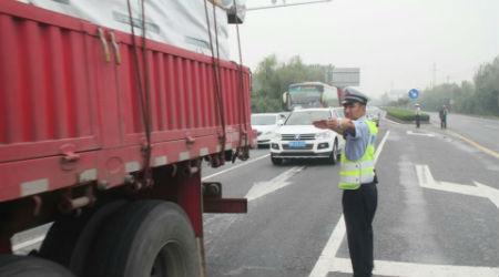 4、江都交警大队小纪中队副中队长许友军在拥堵路面疏导交通